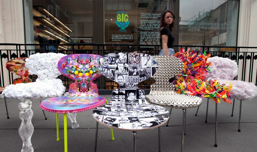 Cadeiras Ant, personalizadas por artistas e designer em frente ao showroom da Fritz Hansen em Londres